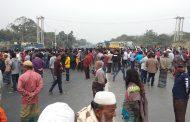 করাতিপাড়ায় ফুটওভার ব্রিজ নির্মাণের দাবিতে মহাসড়ক অবরোধ