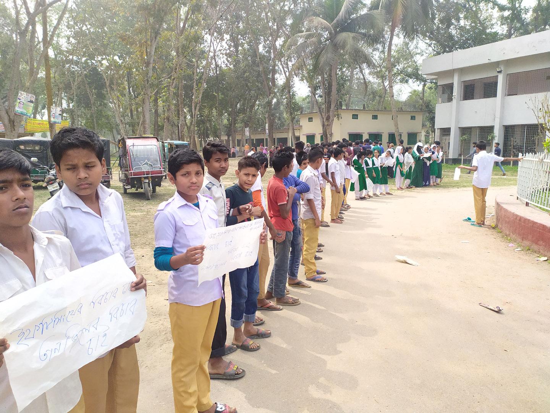 দেলদুয়ারে স্কুলছাত্রীদের উত্ত্যক্তের প্রতিবাদে শিক্ষার্থীদের বিক্ষোভ ও মানববন্ধন