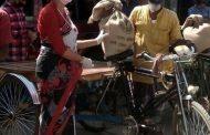 সখীপুরে কর্মহীন ও দরিদ্রদের মাঝে খাদ্য সামগ্রী বিতরণ করছেন ইউএনও