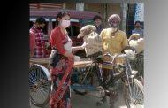সখীপুরে দিনমজুর ও দরিদ্রদের মাঝে খাদ্য সামগ্রী বিতরণ করছেন ইউএনও