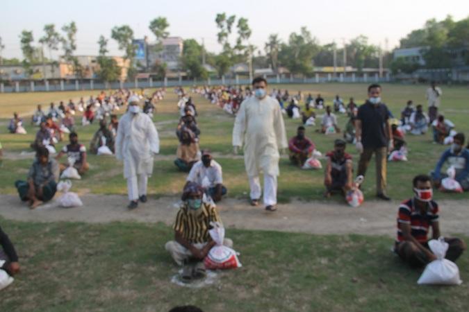 কালিহাতীতে করোনায় সংকটে মিন্টু সরকারের সহায়তা প্রদান