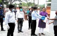 টাঙ্গাইলে কর্মহীন সেলুন শ্রমিকদের মাঝে খাদ্য সহায়তা প্রদান