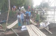 বাসাইল-নাটিয়াপাড়া সড়কের বাসাইল দক্ষিণপাড়ায় বাঁশের সাঁকো নির্মাণ