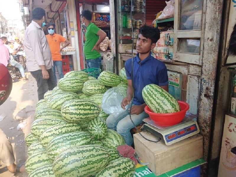 টাঙ্গাইলে ৬০ টাকা কেজি দরে বিক্রি হচ্ছে তরমুজ; বাজার তদারকির দাবি ক্রেতাদের
