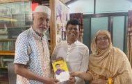 কাদের সিদ্দিকীকে নিজের লেখা বই উপহার দিলেন আতাউল মাহমুদ