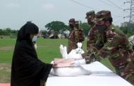 টাঙ্গাইলে সেনাবাহিনীর ঈদসামগ্রী বিতরণ